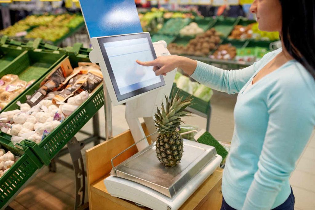 スーパーで野菜を買う