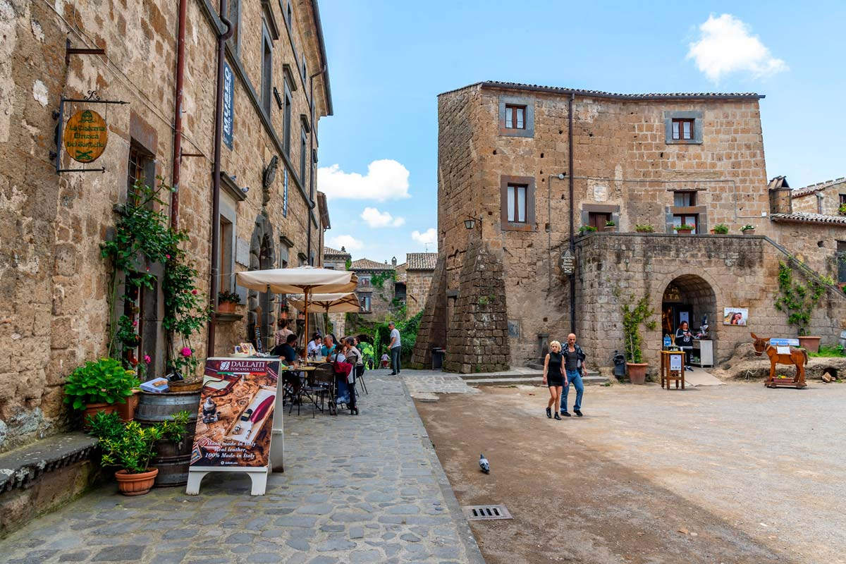 civita-bagnoregio-piazza