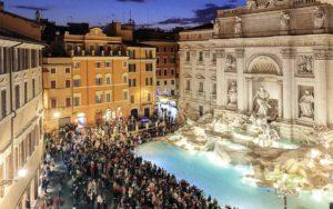 ローマ 観光客であふれるトレビの泉