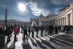 バチカン・サン・ピエトロ寺院の列