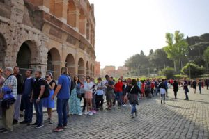 ローマ・コロッセオの当日券入場者の列