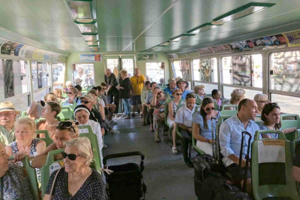 ベネチアの水上バスの内部