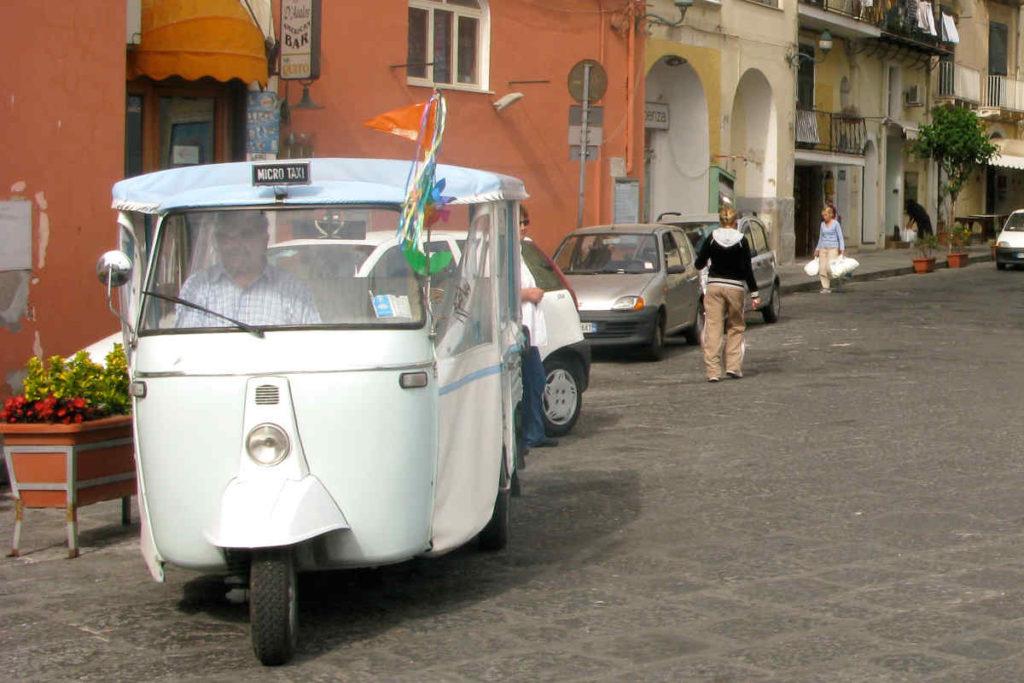 イスキア島の3輪タクシー