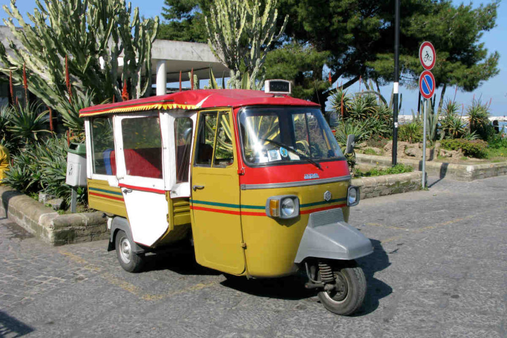 プローチダ島の3輪タクシー