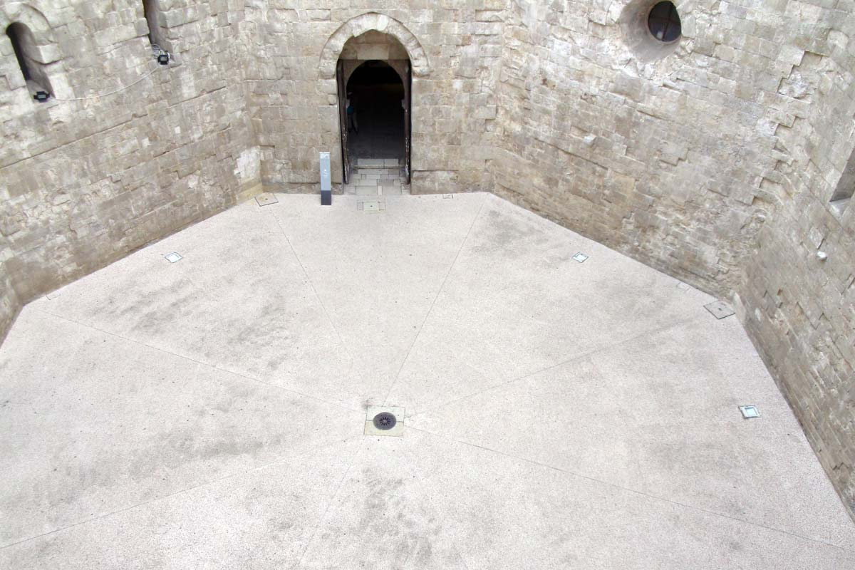 castel-del-monte_cortile