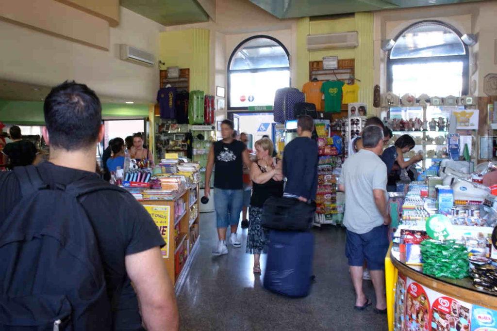 Lecce駅構内の売店