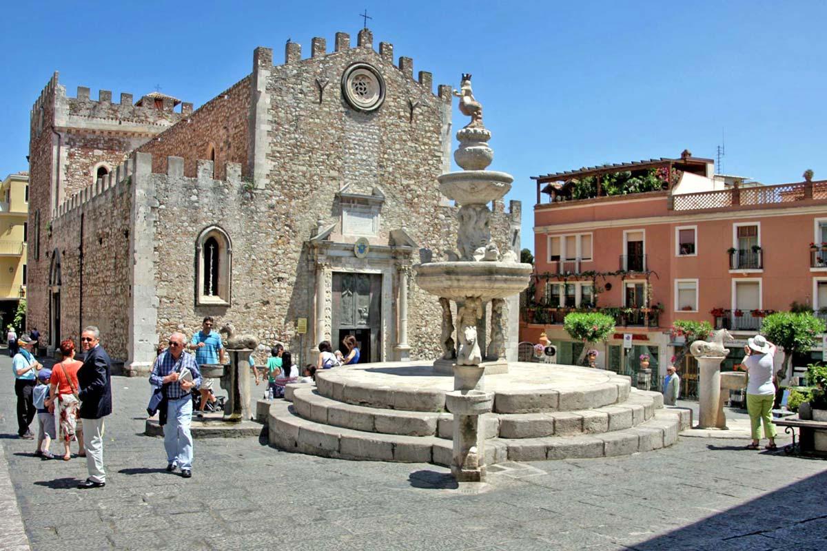 タオルミーナ大聖堂と広場