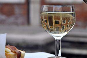 ベネチアのバーカロでワイン